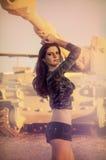 kvinna som poserar bredvid armébehållare Royaltyfri Foto