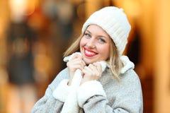 Kvinna som poserar det gripande laget i en kall vinter Royaltyfri Bild