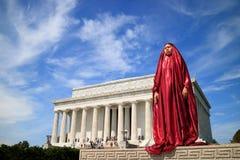 Kvinna som poserar i Abraham Lincoln Memorial i Washington DC Arkivbilder