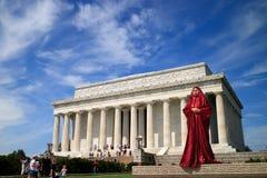 Kvinna som poserar i Abraham Lincoln Memorial i Washington DC Arkivfoto