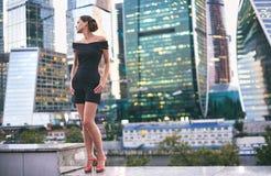 Kvinna som poserar i den moderna staden Royaltyfri Fotografi