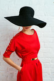 Kvinna som poserar i röd klänning Arkivfoto