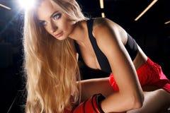 Kvinna som poserar i röda boxninghandskar Arkivbild