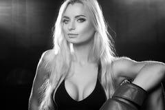 Kvinna som poserar i röda boxninghandskar Royaltyfria Foton