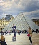 Kvinna som poserar, luftventil, Paris Frankrike Royaltyfri Bild