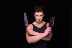 Kvinna som poserar med knivar Royaltyfria Bilder