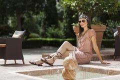 Kvinna som poserar med solglasögon Fotografering för Bildbyråer