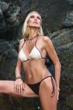 Kvinna som poserar nära klippor Fotografering för Bildbyråer