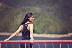 kvinna som poserar på en bro Royaltyfri Bild