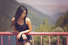 kvinna som poserar på en bro Fotografering för Bildbyråer