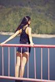 kvinna som poserar på en bro Royaltyfria Bilder
