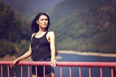 kvinna som poserar på en bro Arkivfoton