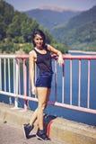 kvinna som poserar på en bro Royaltyfri Foto