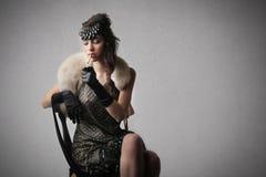 Kvinna som poserar på en stol royaltyfri fotografi