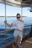 Kvinna som poserar på ett fartyg royaltyfria bilder