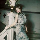 kvinna som poserar in på tappningtrappa bearbeta tappning Arkivbilder