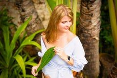Kvinna som poserar på tropisk trädgård arkivbild
