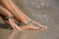 Kvinna som poserar på våt sand med armband Royaltyfri Foto