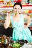 Kvinna som poserar till fotografen med lollypop Royaltyfria Bilder