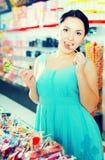 Kvinna som poserar till fotografen med lollypop Royaltyfri Bild