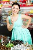 Kvinna som poserar till fotografen med lollypop Arkivfoto
