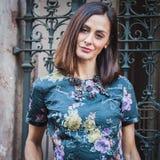 Kvinna som poserar utvändiga Byblos modeshower som bygger för Milans Womens modeveckan 2014 Arkivfoton
