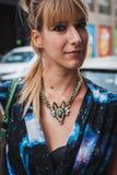 Kvinna som poserar utvändiga Byblos modeshower som bygger för Milans Womens modeveckan 2014 Royaltyfria Foton