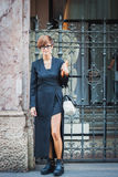 Kvinna som poserar utvändiga Byblos modeshower som bygger för Milans Womens modeveckan 2014 Arkivfoto