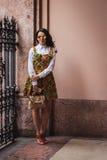 Kvinna som poserar utvändiga Byblos modeshower som bygger för Milans Womens modeveckan 2014 Royaltyfri Fotografi