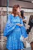 Kvinna som poserar utvändiga Byblos modeshower som bygger för Milans Womens modeveckan 2014 Arkivbild