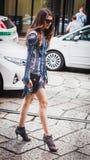 Kvinna som poserar utvändiga Byblos modeshower som bygger för Milans Womens modeveckan 2014 Royaltyfri Bild