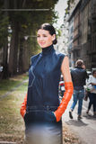 Kvinna som poserar utvändiga Gucci modeshower som bygger för Milans Womens modeveckan 2014 Royaltyfria Foton