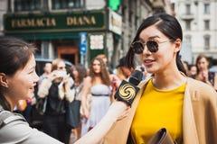 Kvinna som poserar utvändiga Gucci modeshower som bygger för Milans Womens modeveckan 2014 Royaltyfri Fotografi