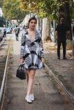 Kvinna som poserar utvändiga Gucci modeshower som bygger för Milans Womens modeveckan 2014 Royaltyfri Bild