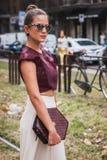 Kvinna som poserar utvändiga Gucci modeshower som bygger för Milans Womens modeveckan 2014 Arkivbilder