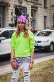 Kvinna som poserar utvändiga Gucci modeshower som bygger för Milans Womens modeveckan 2014 Arkivbild