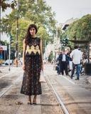 Kvinna som poserar utvändiga Gucci modeshower som bygger för Milans Womens modeveckan 2014 Royaltyfria Bilder