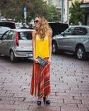 Kvinna som poserar utvändiga Gucci modeshower som bygger för Milans Womens modeveckan 2014 Royaltyfri Foto