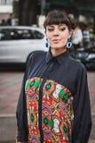 Kvinna som poserar utvändiga Gucci modeshower som bygger för Milans Womens modeveckan 2014 Arkivfoto