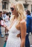 Kvinna som poserar utvändiga Gucci modeshower som bygger för Milans Womens modeveckan 2014 Arkivfoton