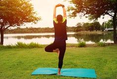 Kvinna som poserar yoga för övning Fotografering för Bildbyråer