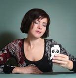 Kvinna som pratar mobil datummärkningservice för boyfrend Royaltyfria Bilder