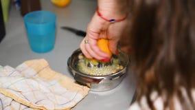 Kvinna som pressar citronen på countertop lager videofilmer