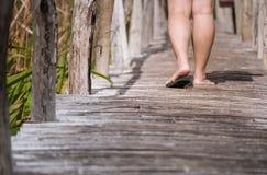 Kvinna som promenerar gångbanan Arkivbilder