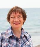 Kvinna som promenerar kusten Arkivfoton