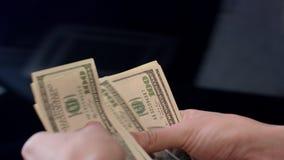 Kvinna som räknar dollarsedlar Personliga kostnader, pengarberäkning stock video