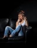 Kvinna som röker och alkoholiserad dricker Arkivfoto