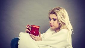 Kvinna som ?r sjuk ha influensa som ligger p? soffan royaltyfria foton