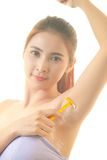 Kvinna som rakar armhålan med den isolerade rakkniven Arkivbilder