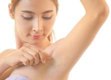 Kvinna som rakar armhålan med den isolerade rakkniven Royaltyfri Fotografi